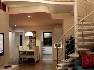 在餐区的上部多隔出了一层,巧妙利用了上部空间,增加了小居室里可利用的空间,也让整个家显得更加大气。