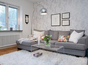 从没想过,纯白与浅灰能搭配出这么清新怡人的家装。灰色调偏暗,适当的留白让白色系软装变得亮眼和跳脱,适合小户型扩展空间感。一整面暗纹墙纸拉高了客厅的气质,即便是小户型也有大气的感觉。