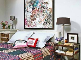 不用花太多钱太多时间就可以打造属于自己的的艺术卧室,在墙面挂上一幅艺术复古的壁画,搭配复古床单,艺术气息迎面而来。<br>