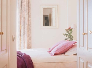 卧室以纯白色为主,素雅的格调,简单的铺陈,极大地增强了空间感,质朴而宁静。