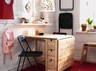 宜家控总忍不住要学学宜家空间搭配:可伸缩式书桌、可悬挂椅子,将空间利用率发挥到极限。家具虽多,但简单的造型让小空间显得井井有条,一点也不零乱。