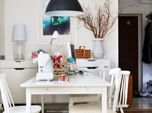 白色餐桌椅,简单却透露出清新。配上低垂的黑色大吊灯,质感瞬间体现,其他柜子、花瓶、挂画清一色的素雅,连采来的枯枝都透露出高雅的艺术感。