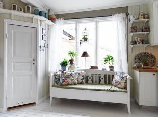 白色居室下,飘窗的上摆放的植物显得格外显眼,花色抱枕也成了重要的陪衬。