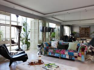拼接的布衣沙发色彩缤纷,充满童真的趣味,充满屋主点滴的生活情趣,鲜艳的颜色在客厅中也尤为抢眼。