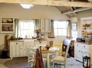 温暖的英伦田园风格厨房,亲自动手装饰这里的一切,让家变换得如此般有异域风味。