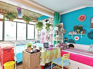 DIY的藤条书桌隔断,巧妙地把房间分隔成两部分,又增加了收纳空间。而墙上可爱小盆栽装饰了整个房间,让卧室充满田园的气息。