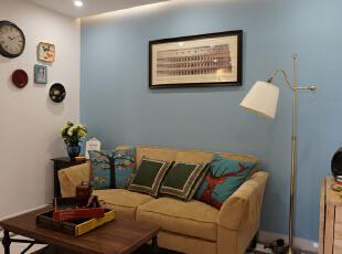 沙发背景~通过不同的墙色搭配,使原本小又暗的客厅立马变得宽敞明亮。