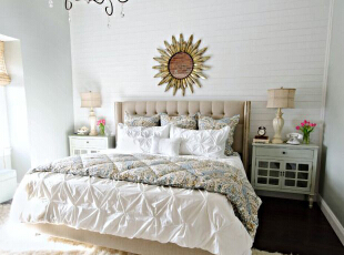 为了有更好的睡眠,卧室最好不要采用繁复的吊顶,也少做吊顶为宜,一般简洁的顶面为主,或是简单装上个喜爱的吊灯点缀一下空间。