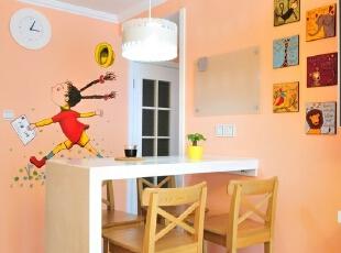充满童趣的墙壁让这个吧台自然地也成为了孩子读书做功课的好地方。大人正好可以对孩子面对面指导功课。