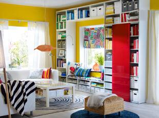 阳光充沛,各色碰撞的客厅,有一种糖果的甜蜜感,