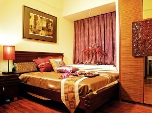 卧室的红木地板让整个卧室与房屋的整体装修浑然一体.,卧室