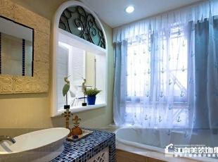 卫生间洗脸池的蓝色碎花瓷砖是地中海风格的一个特点。,卫生间,