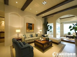 客厅采用的吊顶是简单的木制装修,显得非常有个性。,客厅,