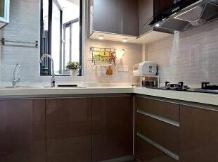 整个厨房我们采用酱色,这样看起来比较美观。,厨房,