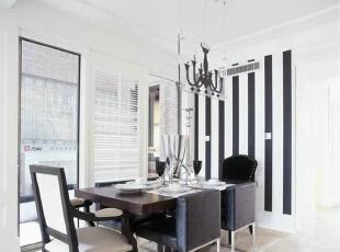 餐厅的墙面采用黑白相间的色调,显示出主人的性格。,餐厅,