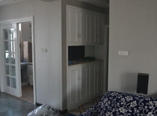 客厅的走廊处我们做了一个柜子也可以存放东西。,走廊,