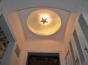 玄关上进行了吊顶设计,可以让整个走廊明亮大气。,玄关,