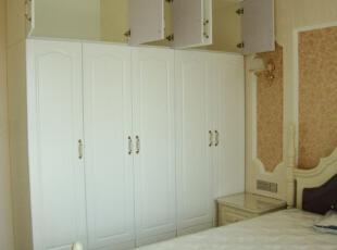 白色的衣柜搭配简约的床很得当,给人纯净舒适的体验,卧室,