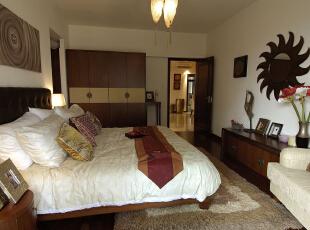 卧室墙面上的太阳形状镜子让整个卧室充满神秘感。,卧室,