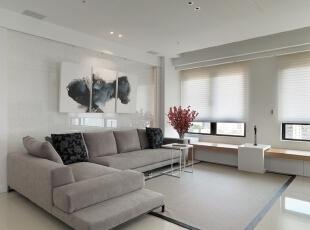 沙发背景墙反光性强,衬得墨染写意画韵味更足。为了减轻反射强度,背景墙下方选用灰色的沙发,稳重的灰色给人中性的魅力。,客厅,