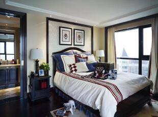 次卧以简欧风格为主,没有过多奢华的家具,仅以深棕色和白色的对比勾勒出功能区,线条感明朗清晰。,卧室,