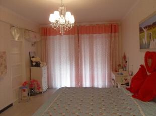 因为是新房我们采用了红色系的装修,粉色窗帘看起来更加浪漫。,卧室,