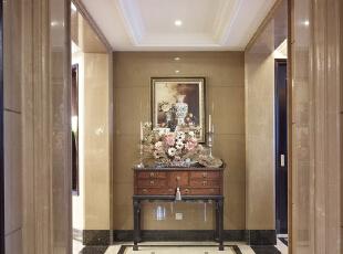 在走廊上放一个小桌,桌上可以放一些主人喜欢的艺术品。,走廊,
