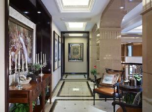 走廊采用三个分段的吊顶设计,射灯的加入也让整个走廊看起来非常大气。,走廊,