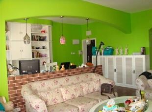 客厅的墙面全部采用绿色粉刷,沙发使用碎花纹,红花绿叶,是不是很有春天的感觉呢?,客厅,