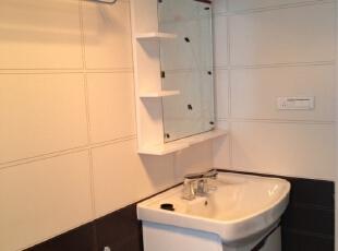 卫生间的仪容镜旁边设计了很多小格子来存放小东西。,卫生间,