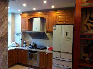 为了彰显大气,我们在厨房采用了原木色的整体橱柜。,厨房,