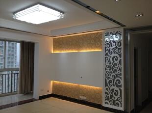 电视墙总体采用黄色的灯光来衬托出贵族的气质。,客厅,