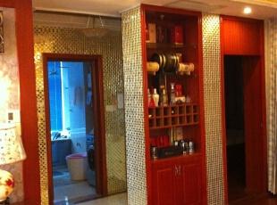 在客厅的墙上我们开了一面柜子可以存放喝多红酒。,走廊,