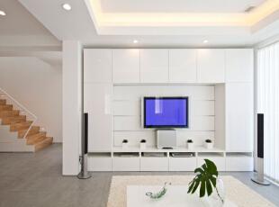 客厅主打白色系,客厅电视置物柜和茶几也是白色系列的,再加之绿色植物点缀,再搭配纯白色的地毯,彰显出主人的干净和整洁。,客厅,