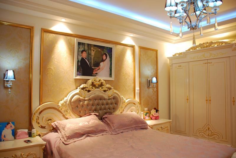 卧室床头背景简单做了个造型,欧式的床配上灰黑色的窗帘布艺配饰,很