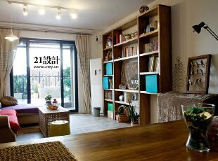 满墙的书柜满足我们的要求,电视只是一个配角.灯光也是为我们使用而自己组合设计的