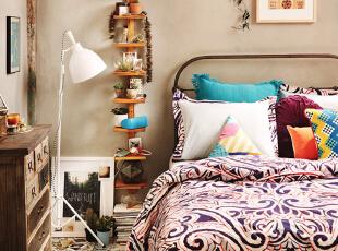 最常见简单不过的铁床,用紫色花纹床品搭配,整个床的搭配自成一体,温馨又舒适。