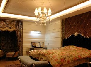 新古典主义风格的卧室,体现出了主人的高贵与优雅。白色、金色、黄色、暗红、暗紫等色调的糅合,使色彩看起来明亮、大方。,268平,30万,新古典,复式,卧室,