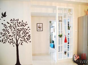 幸福树幸福鸟--夫妻比翼双飞。 卫生间门前设计了通透的隔断,胭脂当时这样设计有两个目的:一是为了避免卫生间门正对餐厅,而又不遮挡卫生间的光线和通风;