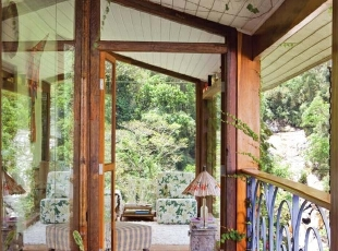 热带树丛里的林中小屋