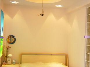 作为儿童房,这种五角星的吊顶镂空装饰灯和鲜艳的色彩最适合他们的