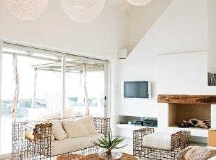 藤制组合沙发、茶几、吊灯,纯白色的家居空间简约自然。