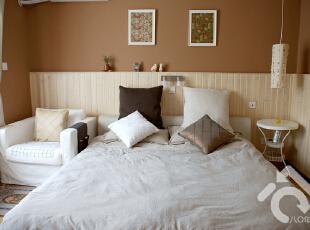 1.8米的软包床,斯可馨买的~ 靠垫是宜家和百安居买的特价,很便宜~~
