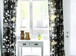 透过黑色若隐若现的神秘,室外光线自然流露到室内,小方桌不高, 简单的小抽屉也可以收纳一些零碎物件,增添窗前浪漫情调。