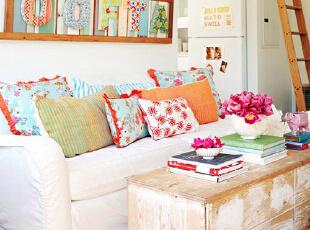 清爽的家居色彩,给炎炎夏日带来一丝清凉。原木茶几收纳柜带了更多自然的感受。