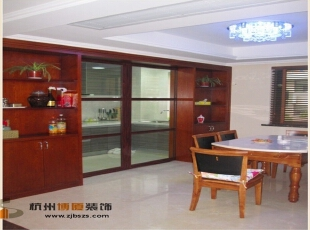 餐厅旁的整个墙面上都是木质的储物柜,很大方得体。,92平,现代,公寓,餐厅,