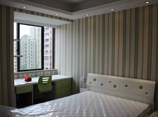 线条纹理的墙纸显得卧室有种很轻松的感觉。,83平,9万,现代,两居,卧室,