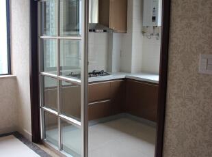厨房面积很大,光线通透明亮,显得干净利落。,83平,9万,现代,两居,厨房,