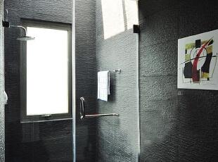 整体沉色的墙面,加入一副时尚小挂画,显得整体更生动。,120平,12万,现代,三居,浴室,