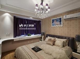 窗台的设计作为储物空间,摆设上一些装饰品,非常美观。,109平,12万,现代,三居,卧室,